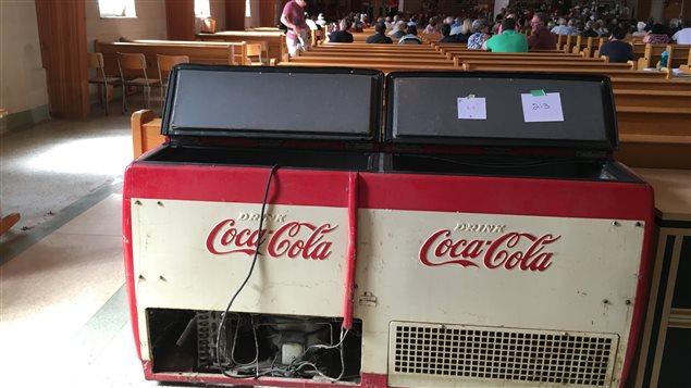 Il y a des objets inusités à la vente aux enchères de l'église de Saint-Justin. Ici, un réfrigérateur Coca-Cola.
