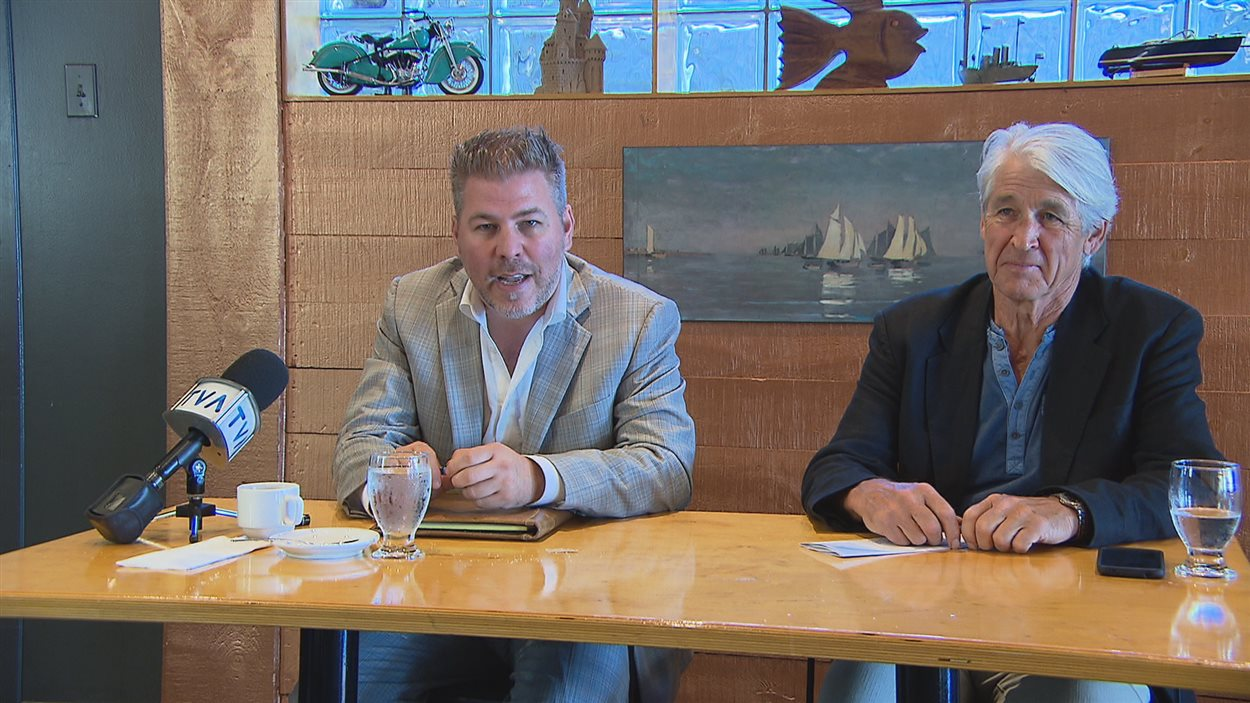 Le député de Matane-Matapédia, Pascal Bérubé, et le président de l'association, Florent Morin