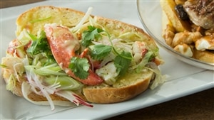 Guédille au homard grillé, hémérocalle, radis et laitue Boston