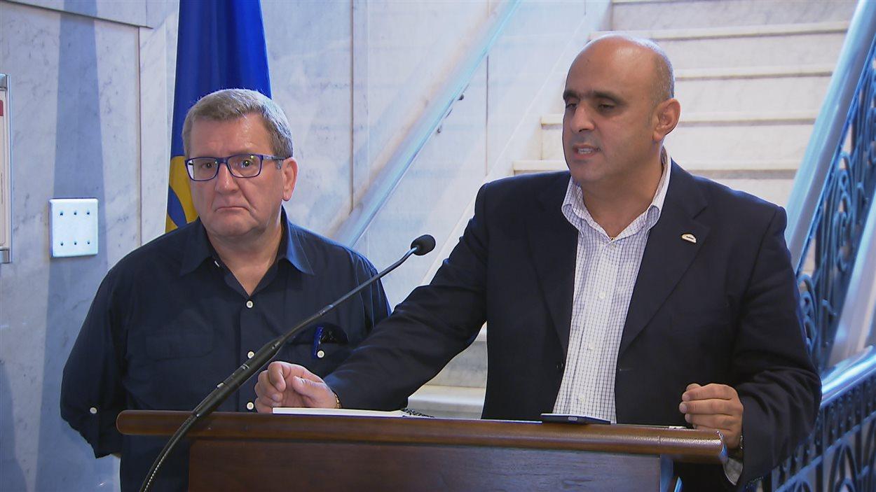 Le maire de Québec, Régis Labeaume et le porte-parole du Regroupement des intermédiaires de taxi de Québec, Abdallah Homsy