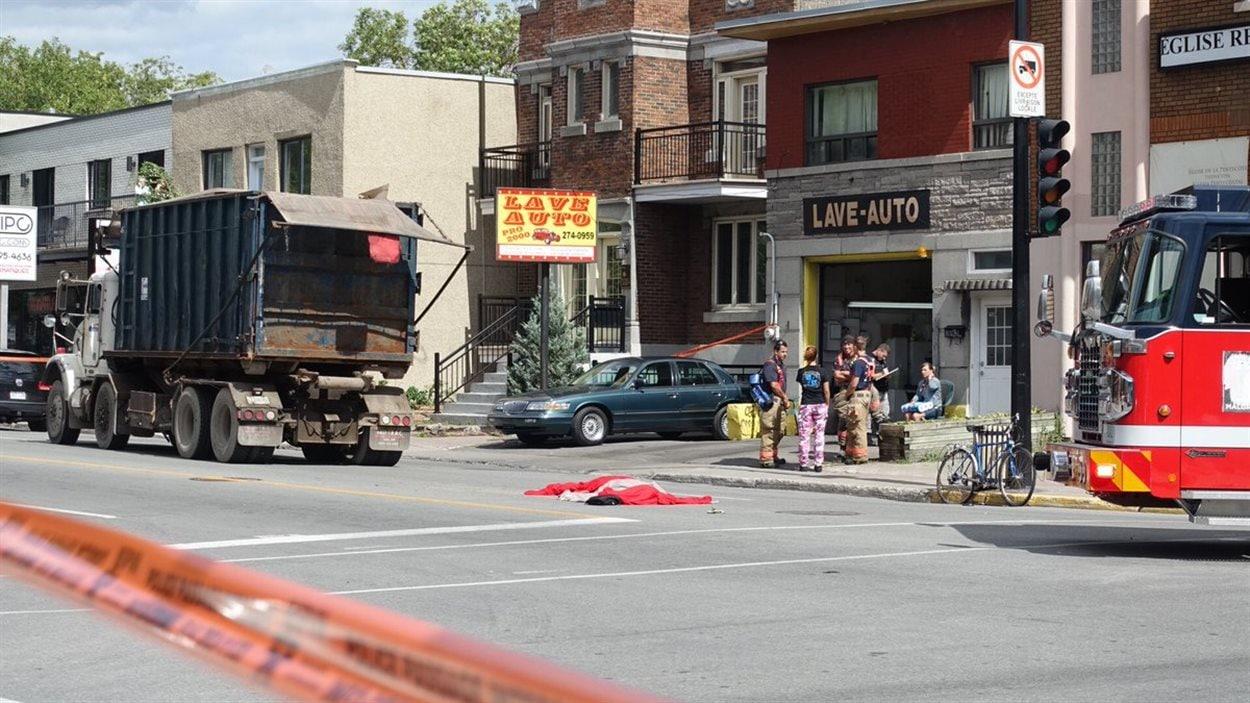 Le décès de la femme de 24 ans a été constaté sur les lieux de l'accident, indique le SPVM.