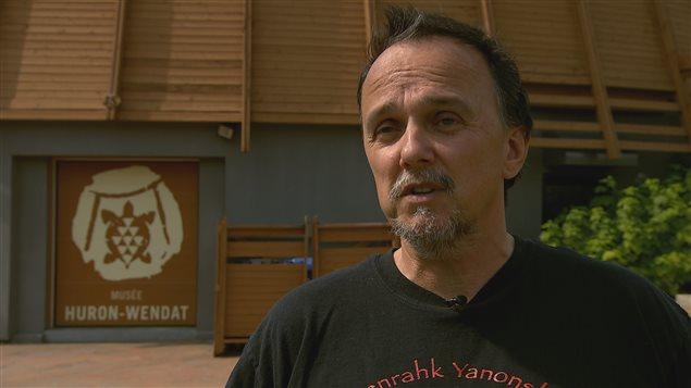 Michel Savard, le responsable des collections au Musée huron-wendat, se dit ravi d'avoir reçu ce don.