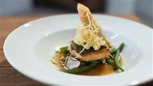 Pavé de saumon, nage asiatique avec rouleau impérial saumon et basilic