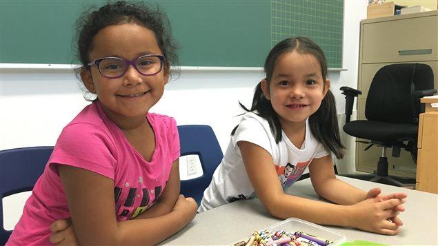 Elizabeth et Aby sont fébriles à leur première journée en classe.