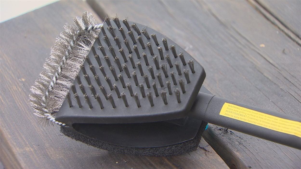 Les poils de métal peuvent se détacher de la brosse et se retrouver dans les aliments, causant des risques de blessures.