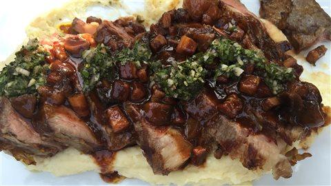 Côte de bœuf grillée, aligot de pommes de terre au fromage en grains et ail confit