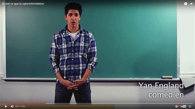 Dans une vidéo reliée au projet + Fort, Yan England explique ce qu'est la cyberintimidation.