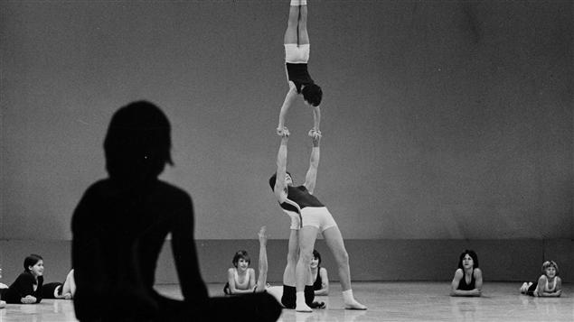 Gymnastes du club de gymnastique acrobatique Les Voltigeurs de Saint-Hyacinthe, en action.