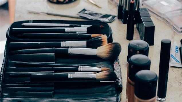 Des produits de beauté : pinceaux à maquillage, rouges à lèvres et fonds de teint