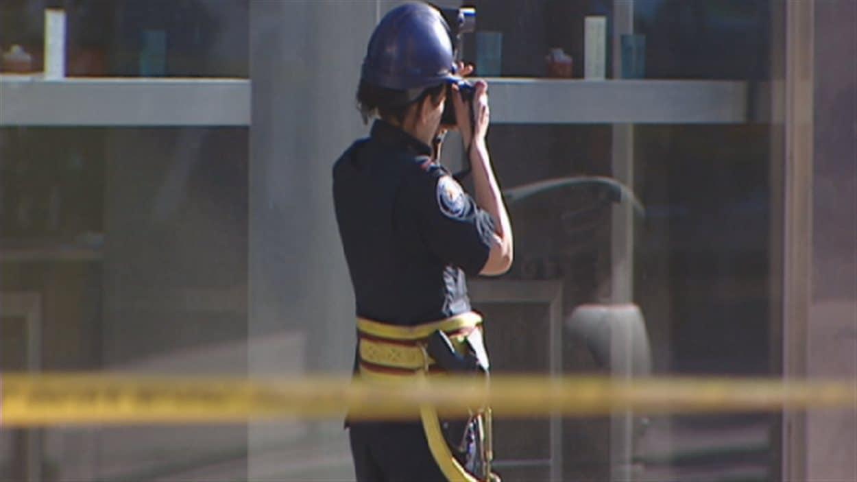 Une policière sur une scène de crime.