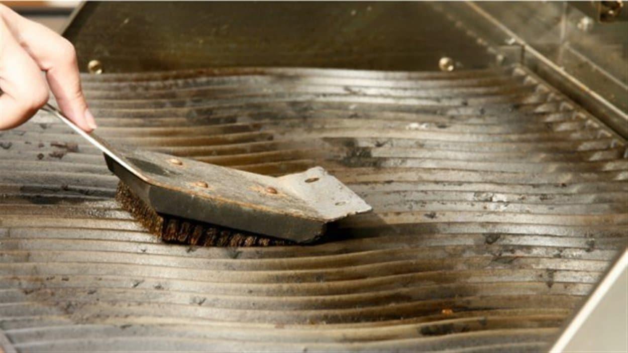 Une simple brosse à barbecue en métal peut vous mener à l'hôpital