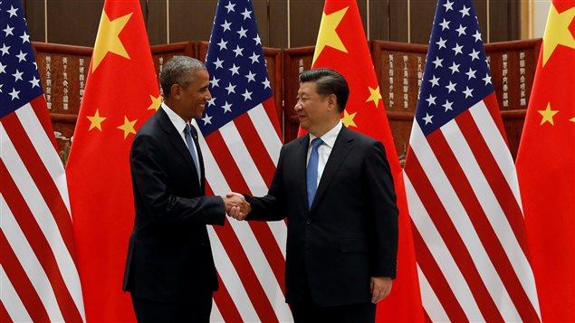 Le président américain Barack Obama serre la main du président chinois Xi Jinping.