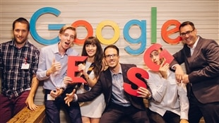 Esme Levi et James Forbes (au centre) avec leur équipe. Ils ont gagné le Google Online Marketing Challenge.