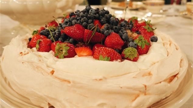 Pavlova avec crème chantilly et petits fruits
