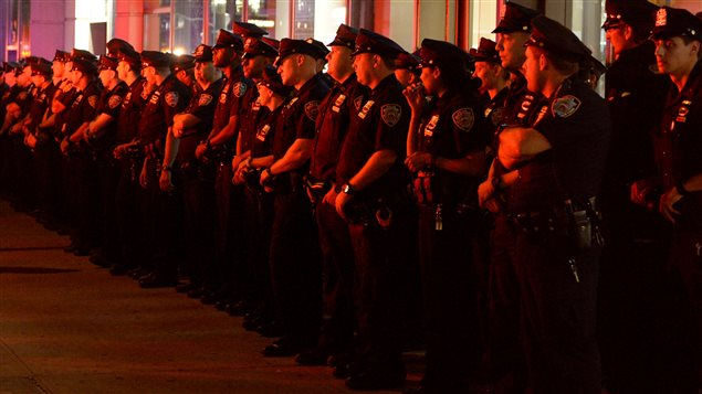 Des policiers de New York arrivent pour exercer une surveillance près du lieu de l'explosion.
