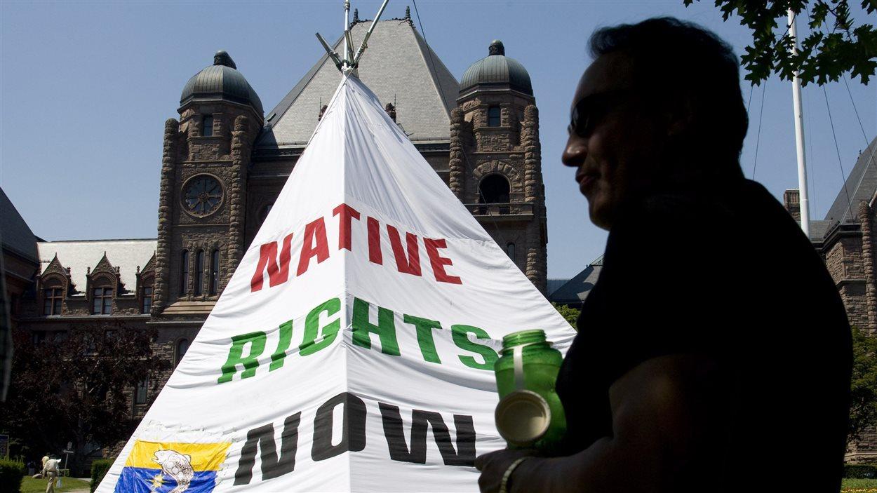 Manifestation de membres de la réserve de Grassy Narrows devant l'Assemblée législative à Toronto (archives)