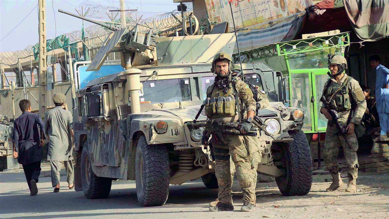 Des soldats afghans en patrouille à Kunduz, mardi.