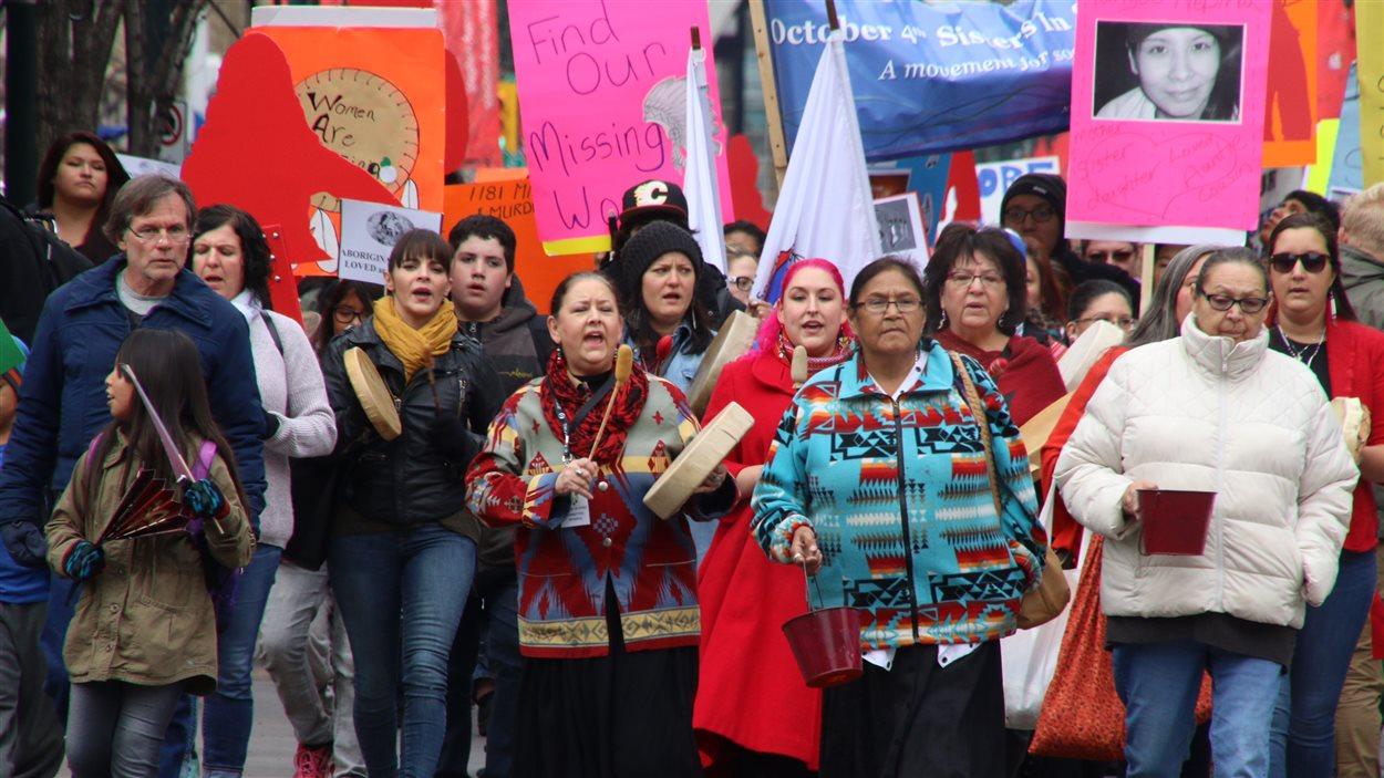 Des centaines de personnes marchent dans les rues de Calgary