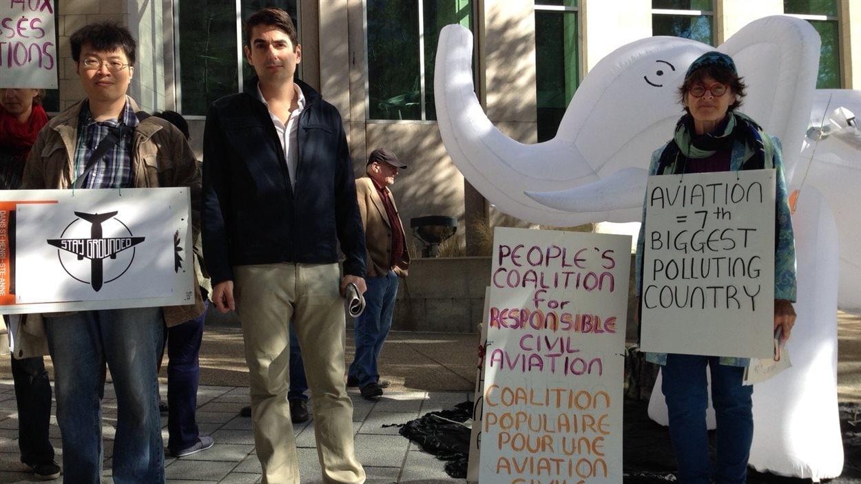 Manifestation devant le siège social de l'OACI pour demander des actions contre les changements climatiques.
