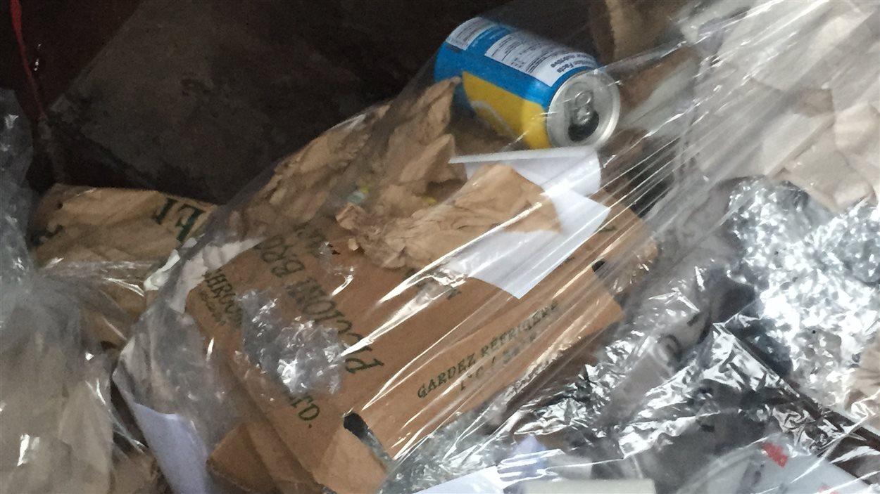 Quelques articles dans les bacs à recyclage.