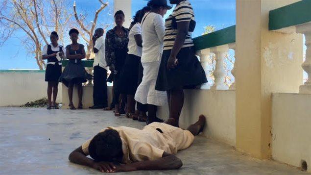 Les filles de cette famille viennent chercher le corps de leur père à la morgue de l'hôpital. L'une d'entre elles pleure de douleur au sol.