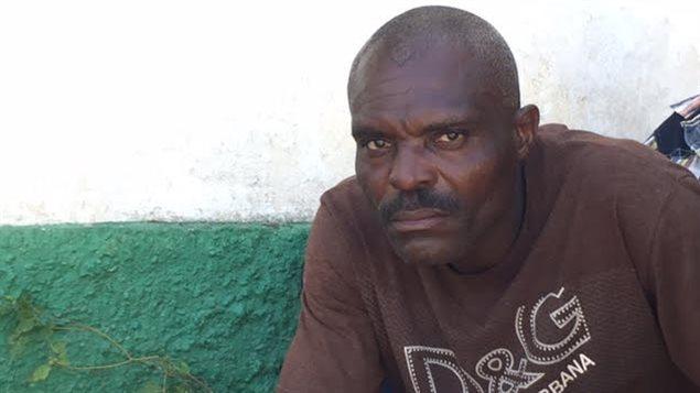 Ce père de famille pleure son fils de quatre ans, mort dans la journée, à l'hôpital.