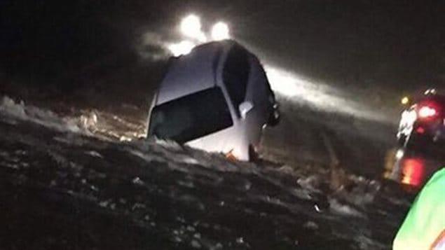 Ce véhicule a été partiellement submergé sur une route de Terre-Neuve. La conductrice s'en est tirée indemne.