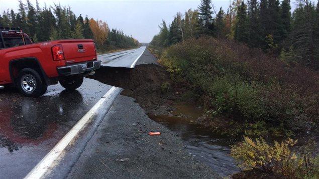 De nombreuses routes ont été emportées par les eaux à Terre-Neuve.