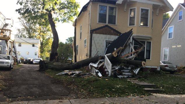 Un arbre a détruit le balcon de cette maison sur la rue Upper Hillsborough à Charlottetown.