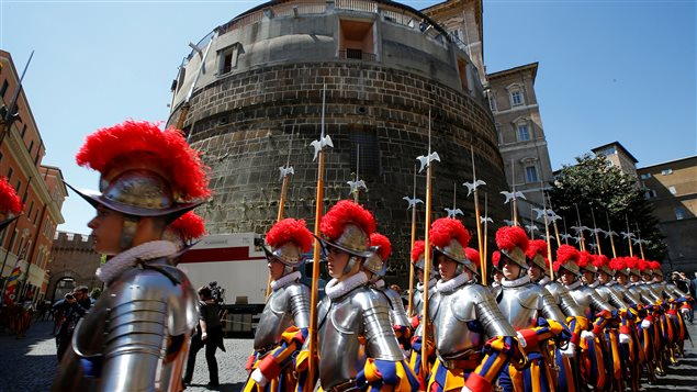 Des gardes suisses devant la banque du Vatican