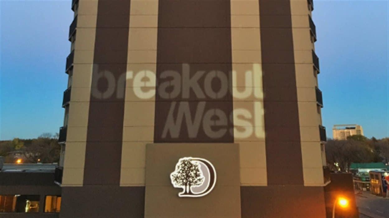 Le logo du BreakOut West est affiché sur un édifice de la ville de Regina.
