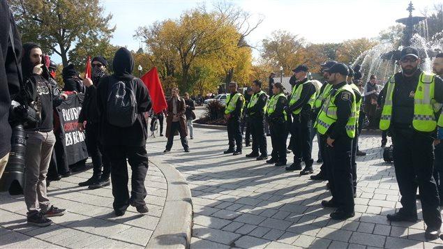 Les agents de la police de Québec ont dû intervenir devant l'Assemblée nationale.