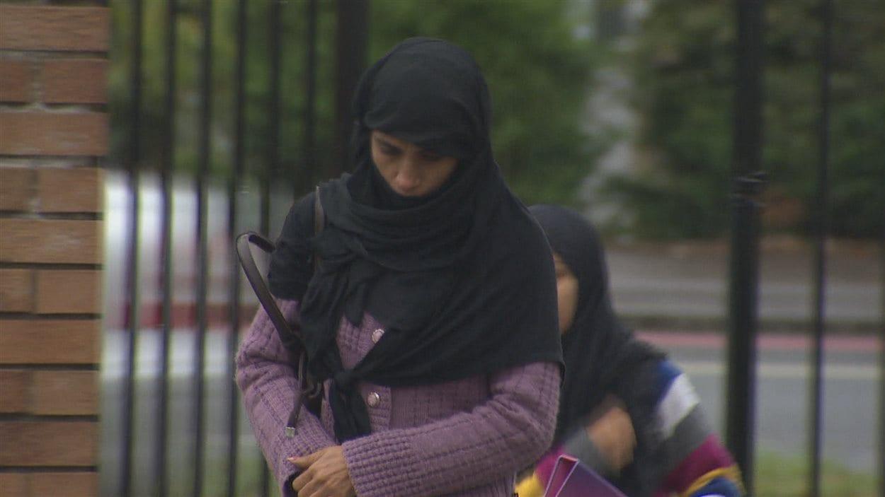 Musulmane portant le hijab, un foulard avec lequel elle se recouvre les cheveux, les oreilles et le cou