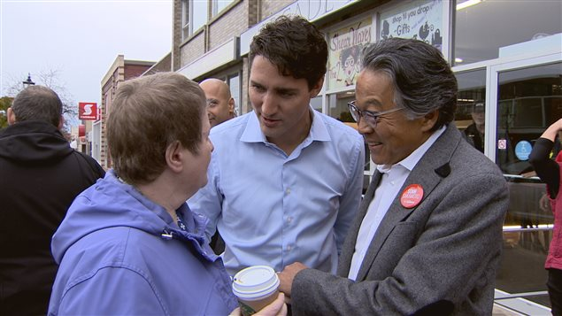 Justin Trudeau est venu à Medicine Hat la semaine dernière pour mousser la candidature du libéral Stan Sakamoto. Ici, ils rencontrent une électrice qui marchait dans la rue.