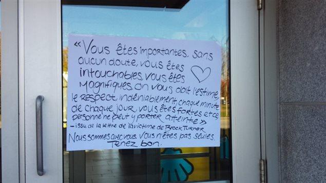 Un message a été affiché sur une porte du pavillonpavillon Marie-Alphonse-Parent à l'intention des victimes.