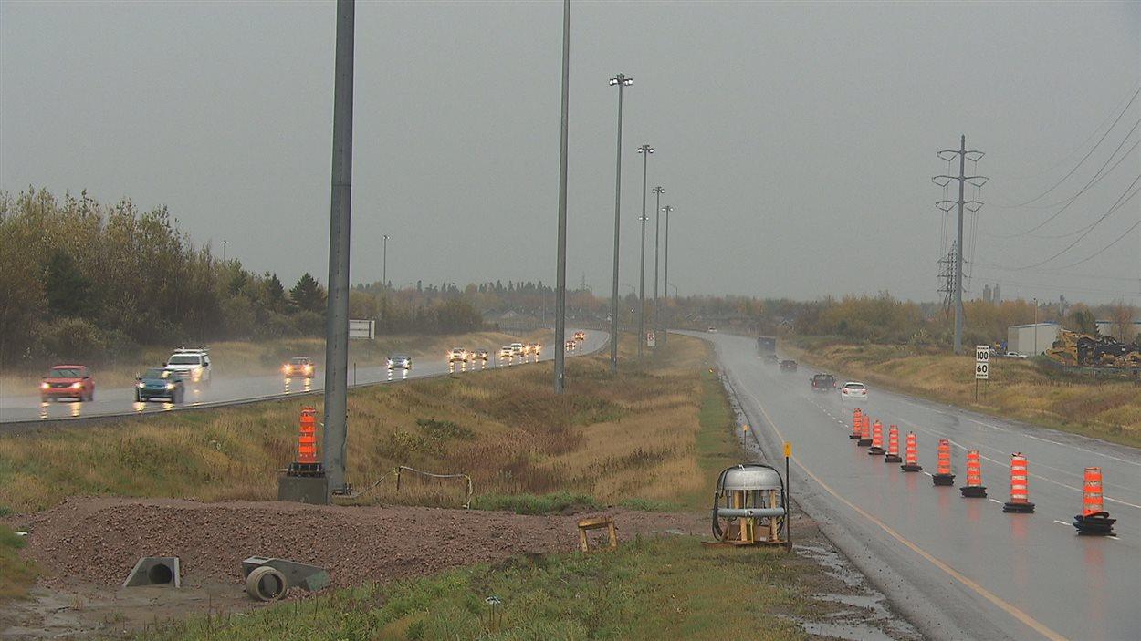 Le ministère des Transports remplace des lampadaires sur l'autoroute 70
