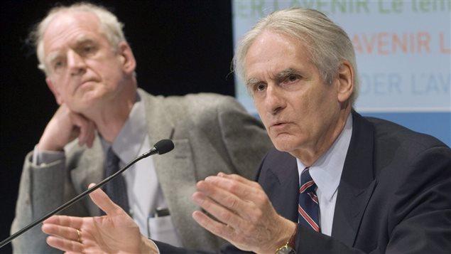 Charles Taylor (à gauche) et Gérard Bouchard (à droite) lors du dévoilement de leur rapport de la commission sur les accommodements raisonnables en mai 2008. PHOTO : PC/RYAN REMIORZ