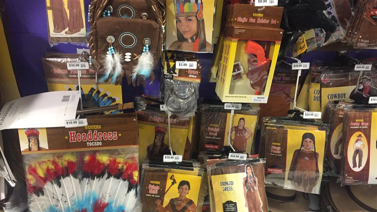 des costumes et autres accessoires pour se déguiser en petit indien.