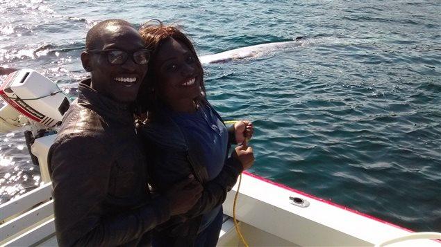 Ces touristes étaient enchantés de pouvoir assister au remorquage de la baleine.
