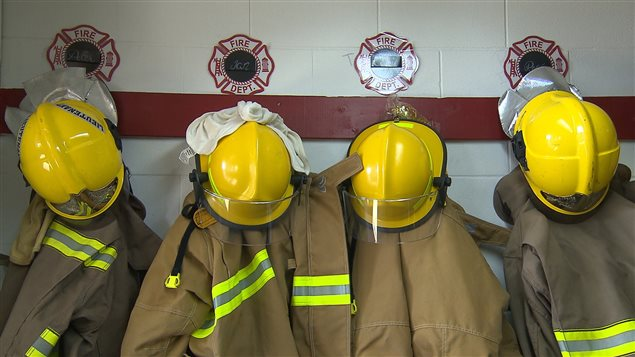 Des uniformes des pompiers volontaires de la caserne de Longue-Pointe-de-Mingan.