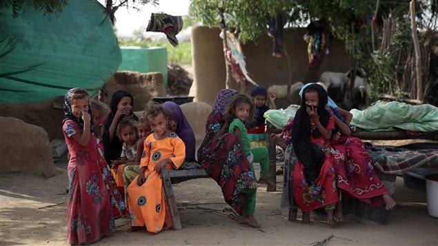 Au Yémen, de jeunes filles sont rassemblées dans un camp pour personnes déplacées, le 7 octobre 2016