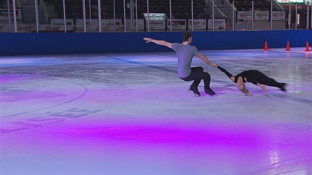 Le duo Ruest-Wolfe sur la patinoire du colisée de Rimouski