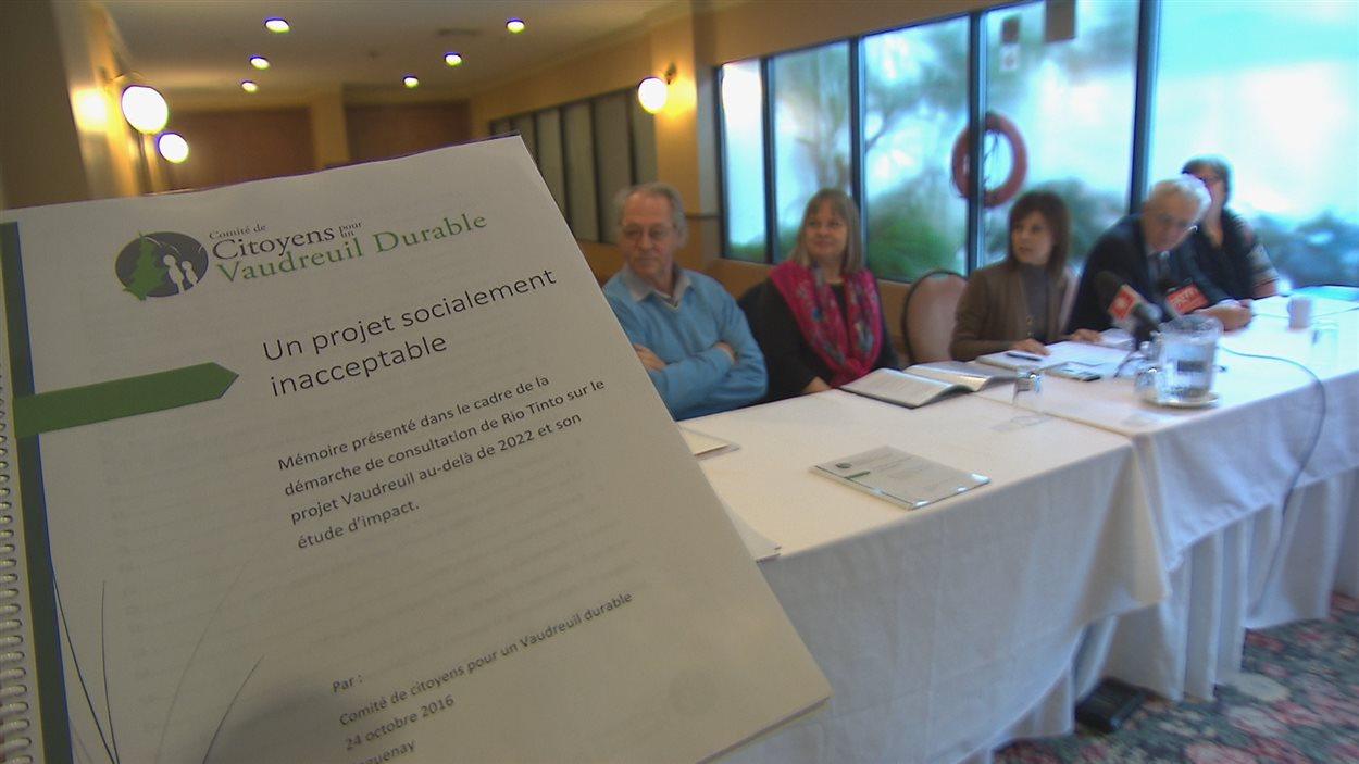 Les membres du Comité pour un Vaudreuil durable ont présenté leur mémoire