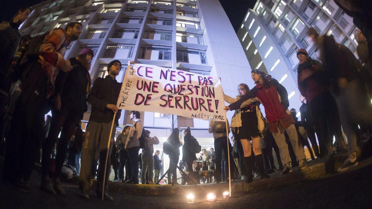 Rassemblement à l'Université Laval, à Québec, le 19 octobre 2016, pour soutenir les victimes d'une série d'agressions survenues dans les résidences du campus.