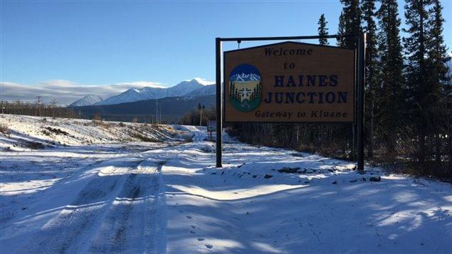 La municipalité de Haines Junction au pied des montagnes du parc Kluane à 200 km à l'ouest de Whitehorse au Yukon