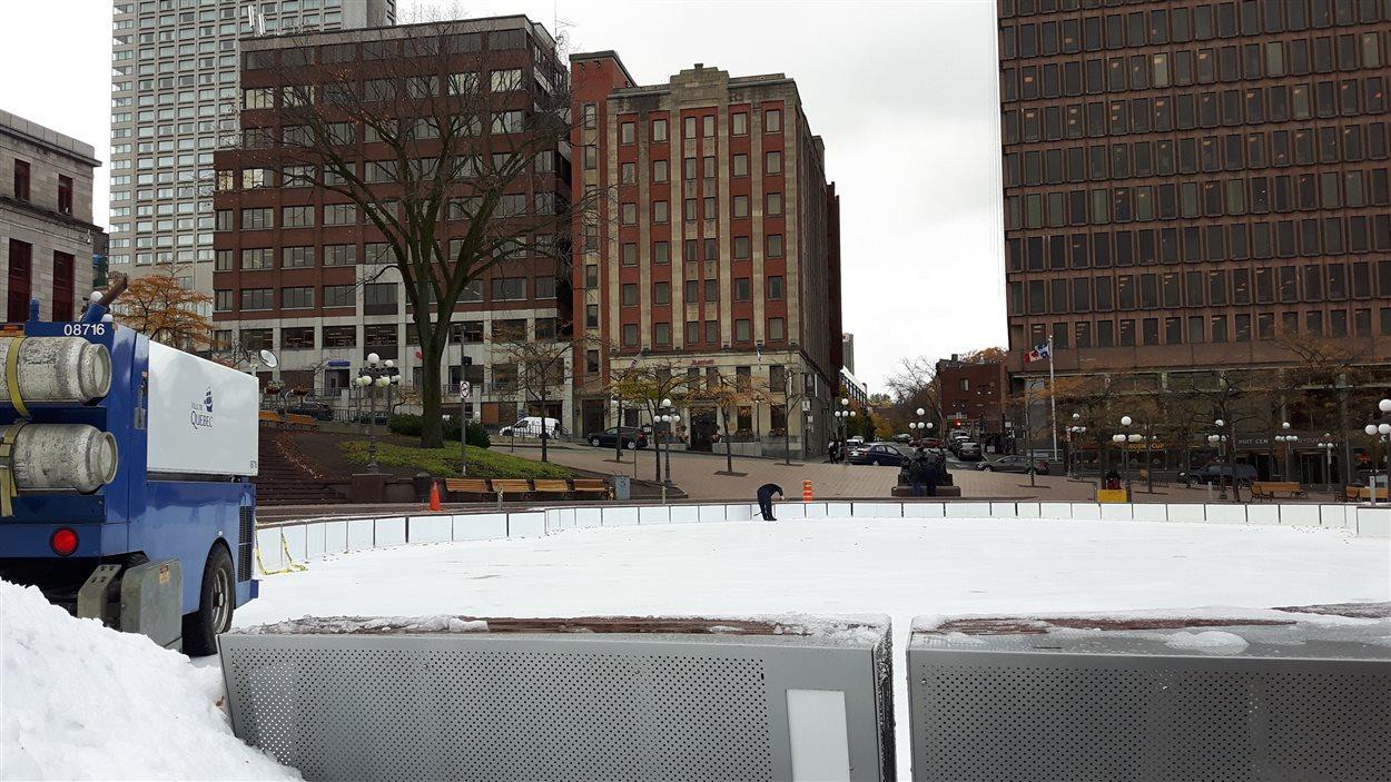la patinoire de la place d youville ouverte d s aujourd 39 hui ici radio. Black Bedroom Furniture Sets. Home Design Ideas