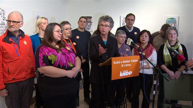 Liz Hanson entouré de candidats