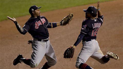 Les joueurs des Indians Rajai Davis et Francisco Lindor célèbrent leur victoire contre les Cubs, le 29 octobre 2016.