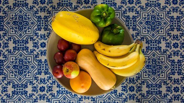 Un bol avec des fruits