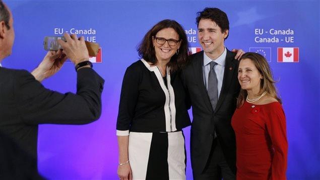 La commissaire européenne au Commerce Cecilia Malmstrom, le premier ministre canadien Justin Trudeau et sa ministre du Commerce international Chrystia Freeland